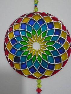 Mandala em CD, colorida com verniz vitral e tinta relevo. R$ 25,00