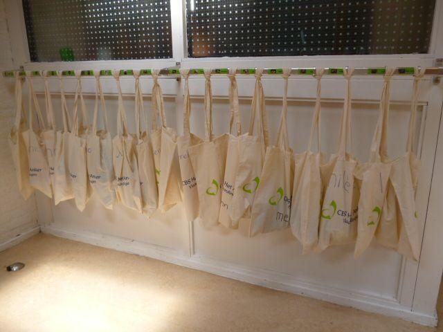 """Katoenen schoudertas: """"De tassen hangen aan de kapstokken en worden gebruikt om gymkleding en gymschoenen in te doen. Daar zijn ze prima voor te gebruiken."""""""