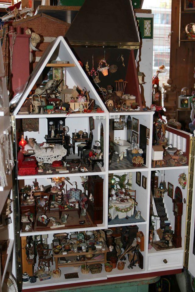 Casa de muñecas en la tienda de Kristin Baybars.