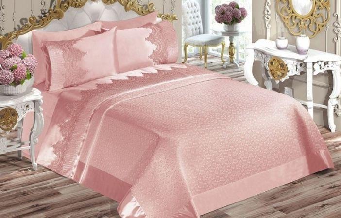 Şüphesiz yatak odalarına en çok renk veren ürünler nevresim ve pike takımları olmaktadır. Bu noktada bir çok renk ve desen tercihi mevcuttur. Her yılın moda renklerine göre yatak odanızı dizayn edebileceğiniz gibi kendi zevkinize uygun renk ve desenlerdeki pike takımlarıyla da kendi tarzınızı yaratabilirsiniz.