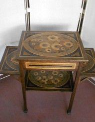 tavolino anni 30 deco due piani due piani alette firmato rb condizioni eccezionali lavorato a pirografo ed aniline gambe con piedini sagomati