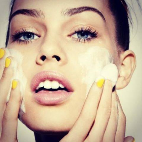 Ir a dormir sin haber retirado el #maquillaje es como asfixiar la piel durante toda la noche. desmaquíllate y aplica una tónica para cerrar los poros y devolverle vitalidad a la piel. #Concejo #Neulash #Beauty #Neubrow