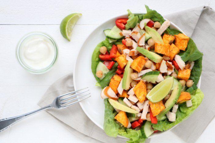 Een makkelijke lunch voor thuis of op kantoor. Deze zoete aardappel salade met kikkererwten en avocado vulde ik verder met komkommer en kipfilet.