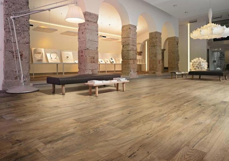 Nice! Keramische tegels, houtlook. Erg mooi en ideaal met vloerverwarming.
