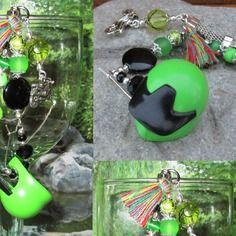 Accessoire mode/porte clés recyclé, casque de playmobil /moto/pompon perles
