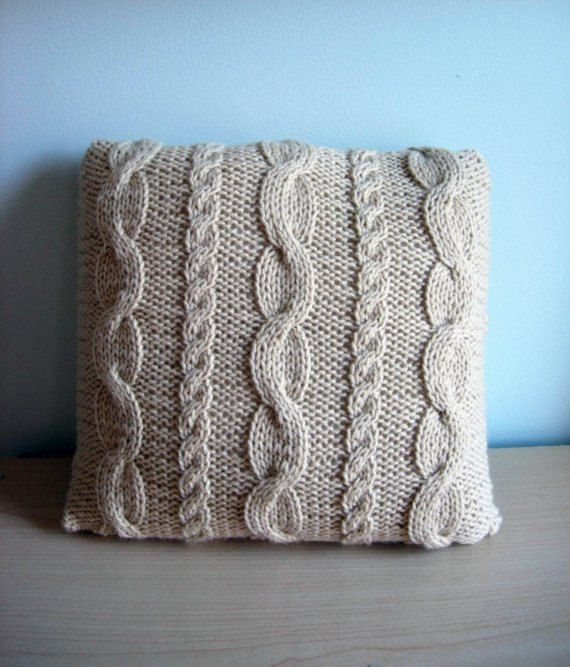Artículos similares a Granny's Pillow // Hand knit pillow with cables en Etsy