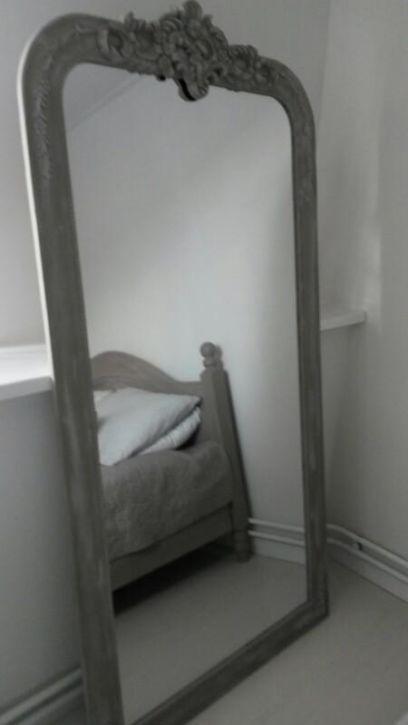 prachtige grote spiegel geschilderd in de kleuren French Linen en Paris Grey van Annie Sloan