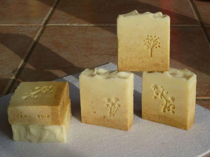Recettes pour fabriquer un savon maison au lait d'ânesse, a l'huile d'olive ou avec du savon de Marseille.