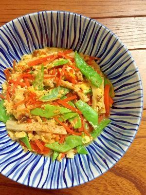 「ご飯に乗せても♪モロッコいんげんと竹輪の★卵とじ」カラフルな色が綺麗な、卵とじです。モロッコいんげんがシャキシャキして、美味しいです。めんつゆの簡単味付け。卵とじにするので、味がマイルドになりました。【楽天レシピ】