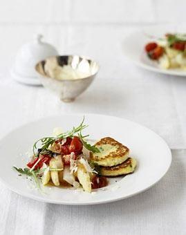 Rezept: Spargel mit Tomaten und Ricotta-Küchlein