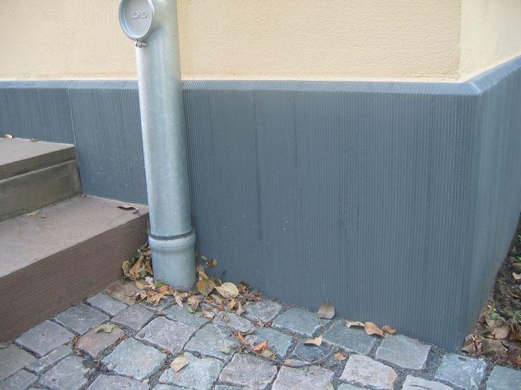 Grob-scharrierte Sockelplatte SOP_GS von Niessen aus einem hochwertigen Betonwerkstein. Sockelplatten schützen und verschönern die Fassade.