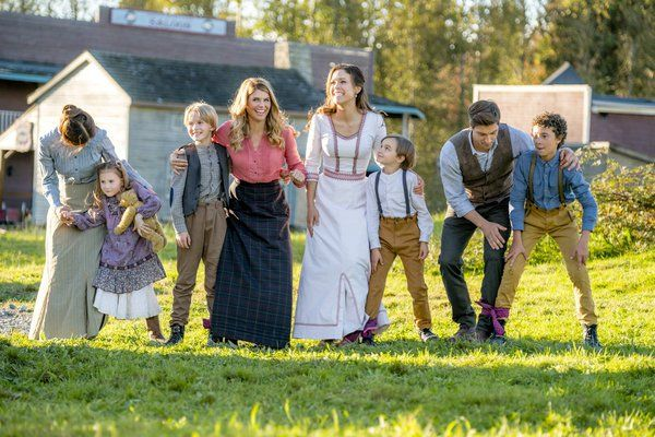 First Look: When Calls the Heart 'The Heart of the Community' Episode