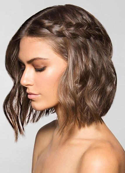 Una opción para dar un giro a las 'melenitas', uno de los peinados estrella este otoño, es adornarlas con una trenza como esta.