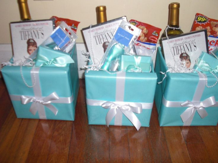 Tiffany's gift box for the maids. Cuteee.