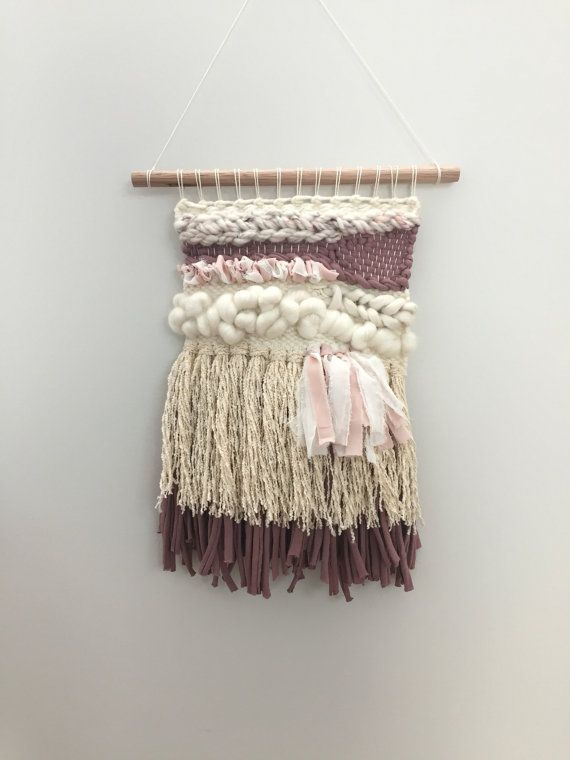 Plume est une pièce chaude, texturé mettant en vedette australien filé avec chatoyante soie de sari, fil de t-shirt recyclé, mousseline de soie et boucle vintage en coton.  Mesure 21 cm x 32 cm (à partir de début de trame), accroché sur la cheville en bois de 26,5 cm.