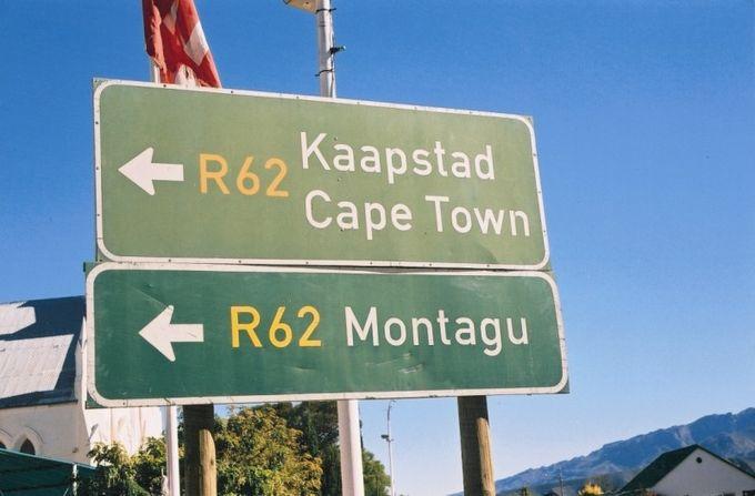 Ces panneaux indicateurs sont photographiés dans la région des vins, au sud de l'Afrique du sud.