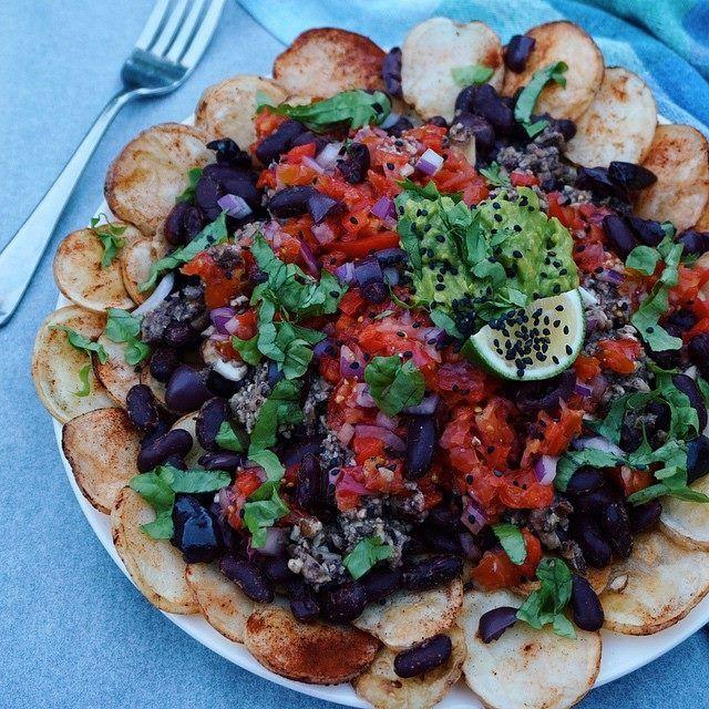 Πατατούλες φούρνου (ψημένες δίχως λάδι)  + κιμά από ψιλοκομμένα ωμά μανιτάρια - ελιές - λίγο ελαιόλαδο - μπαχαρικά  + κόκκινα φασόλια + γκουακαμόλε + ντομάτα, κρεμμύδι και ψιλοκομμένο μαρούλι -Από @Δήμητρα Μακρυγιάννη