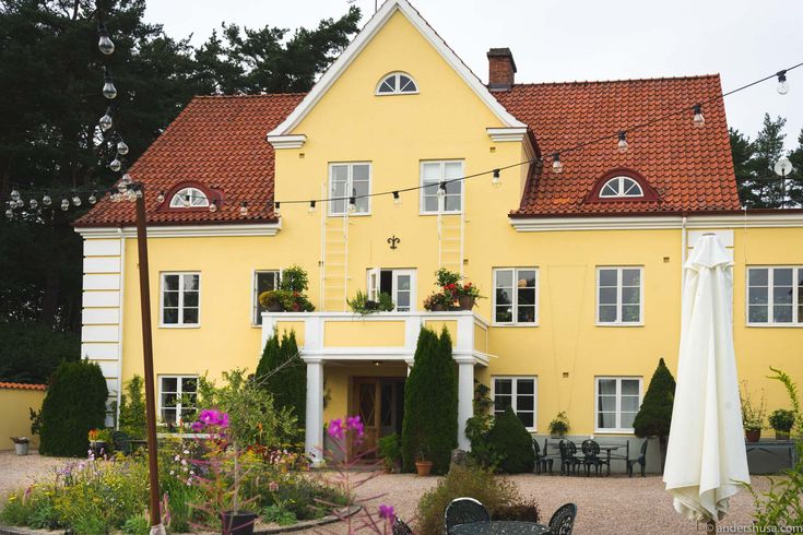 Relax at Talldungen Gårdshotell in beautiful Österlen – the most idyllic places in south-eastern Scania. Hotel and restaurant run by a lovely Swedish couple