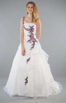 """Ein schlichtes #Brautkleid ist Ihnen zu langweilig? Unser Modell """"Lilly"""" ist aus hochwertigem Satin und Organza. Die A-Linie formt eine weibliche Figur und betont Ihre Kurven, ohne aufzutragen. Rote Stickereien machen dieses Brautkleid in A-Linie zu einem Hingucker. Bräute, die traditionelle weiße Brautkleider eher ablehnen, sind mit diesem Modell bestens ausgestattet. Passend zu diesem Brautkleid wählen Sie am besten einen #Brautstrauß aus roten Rosen."""