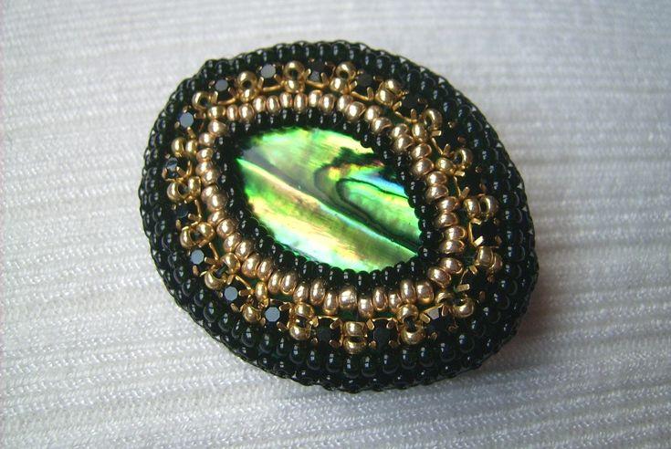 KT-1. Zöld színű kagyló, és hozzá arany gyöngy, és fekete strassz lánc. Kitűző. Ára: 599.-Ft.
