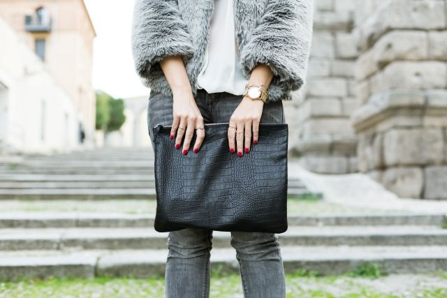Casual Look. Look con abrigo de pelo. A trendy life. #casual #chic #flurrycoat #greycoat #clutch #jeans #denim #blackboots #details #unitedcolorsofbenetton #benetton #c&a #pieces #mark&spencer #outfit #fashionblogger #atrendylife www.atrendylifestyle.com