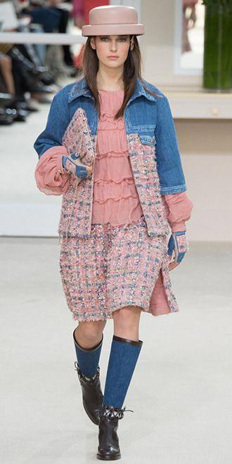 Джинсовая куртка наверняка найдется в каждом гардеробе. Так вот, если до сих пор она пылилась у вас на антресоли, самое время ее оттуда достать. Мы сейчас будем говорить о тенденции сезона осень-зима, но это как раз тот случай, когда готовить сани можно и даже нужно с весны. Дизайнеры рекомендуют. Грубые джинсовки и рубашки из денима с нашивками, потертостями и подпалинами, какие носили 20 лет назад