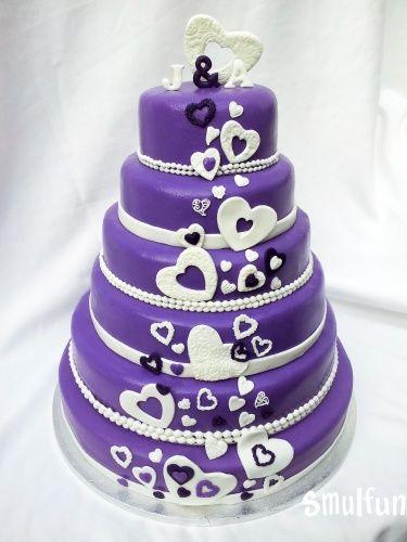 Paarse bruidstaart met hartjes en bijpassende cup cakes