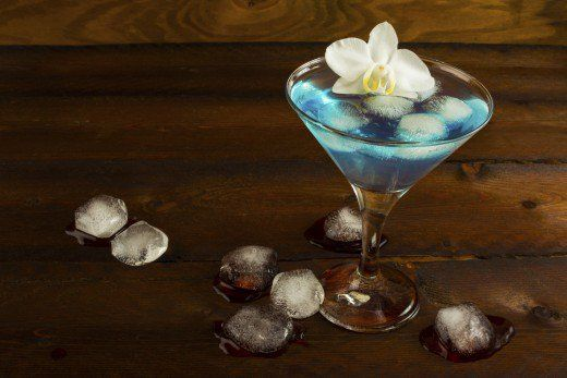 I think blue curacao cocktails are very refreshing and some of my favorite cocktails contain this delicious liqueur.   Check out 10 of (what I think are) the best blue curacao cocktails.