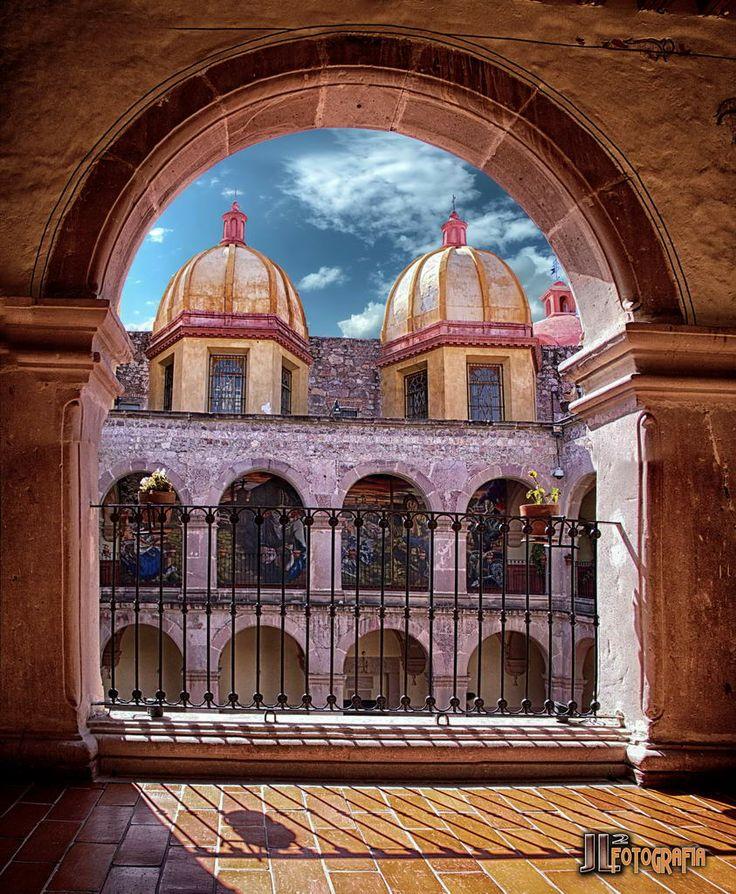 edificio colonial, actualmente ocupado por el museo de la muerte en el centro de Aguascalientes Ags.