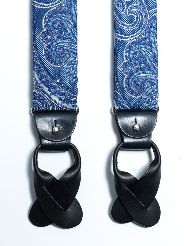 Tirantes de seda jacquard con diseño de Paisley en tonos azules. Posibilidad de usar con pinzas metálicas o con tiras de piel para abotonar al pantalón (ambos incluídos). www.soloio.com  #shoponline   #SOLOiO #menaccesories #tirantes #suspenders  #print #dapperaccesories #dapperman #dappermen #dandyaccesories #bespoke #bespokeaccesories #paisley #bretelle #skull #calavera #dots #lunares #blue