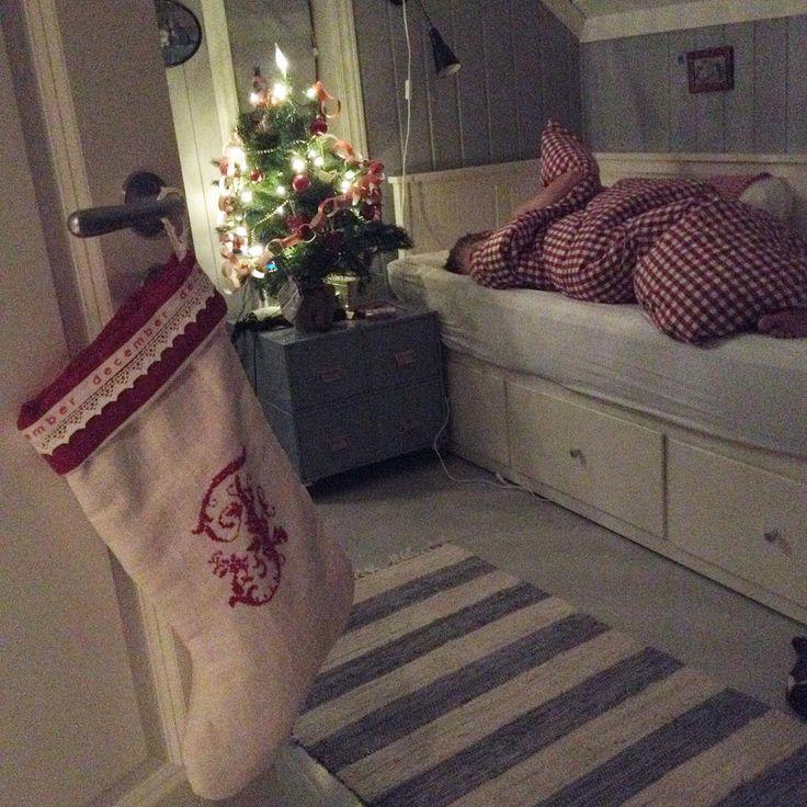 Julesengetøyet er på og julestrømpene hengt opp. Spente barn sover søtt. God natt 🌟
