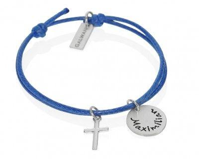 Armband mit Kreuz zur Taufe. An der Band hängt ein Namensplättchen. Alle Metallelemente sind aus 925 Sterling Silber.