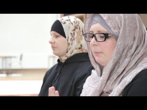 Eramuslim.com – Penduduk Muslim Islandia, negara yang terletak di titik paling utara Eropa, berdekatan dengan kutub utara, mengalami puasa paling lama di antara Muslim di negara lain.  Muslim Eslandia berpuasa paling panjang, yaitu 22 jam, karena Ramadan tahun ini bertepatan dengan musim panas.  Setiap tahun, musim panas terjadi dari akhir Mei hingga akhir Juli. Matahari terbit pukul 2.30 dini hari dan terbenam pada 00.00 tengah malam.  emvideo-youtube-6cKIqvUMf90
