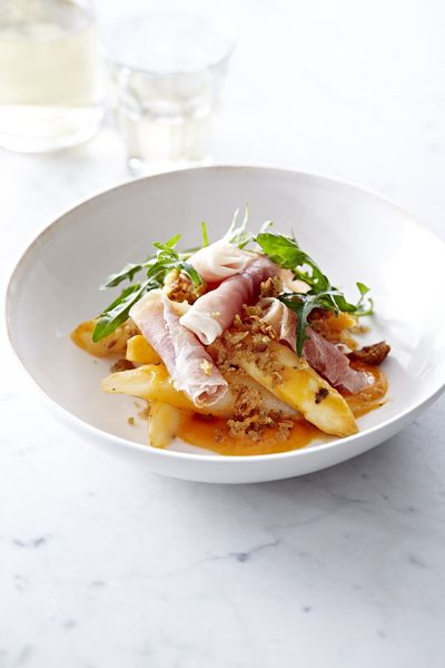 Gedroogde ham met gegrilde asperges, vinaigrette van tomaten en broodkruim
