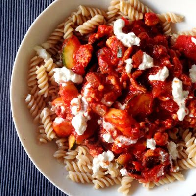 Healthy Living in Heels: Debbie's Pasta Bolognese: Pasta with vegetables, tomato sauce and minced chicken. Delicious!