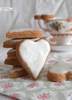 Te explicamos paso a paso, de manera sencilla, la elaboración del postre galletas corazón de almendra, canela y cardamomo. Ingredientes, tiempo de elaboració...