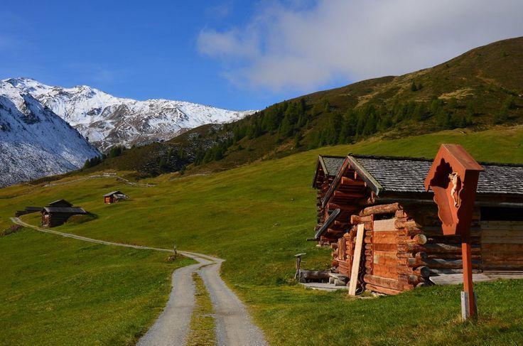 Wandern zwischen grünen Wiesen und schneebedeckten Gipfeln im Vinschgauf