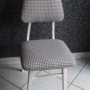 Krzesełko lata 50te . Krzesełko wykończone metoda Shabby Chic, bielone postarzane przetarciami. Tapicerka wymieniona na całości, zdobi ją biało-czarna pepitka.