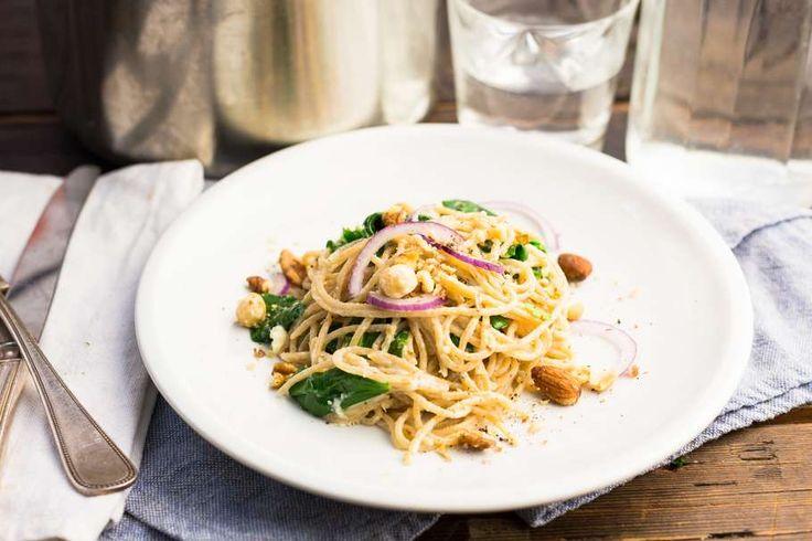 Recept voor spaghetti voor 4 personen. Met zout, olijfolie, peper, verse spinazie, blauwe kaas, notenmix, rode ui, knoflook, groentebouillonblokje, tijm en spaghetti (pasta)