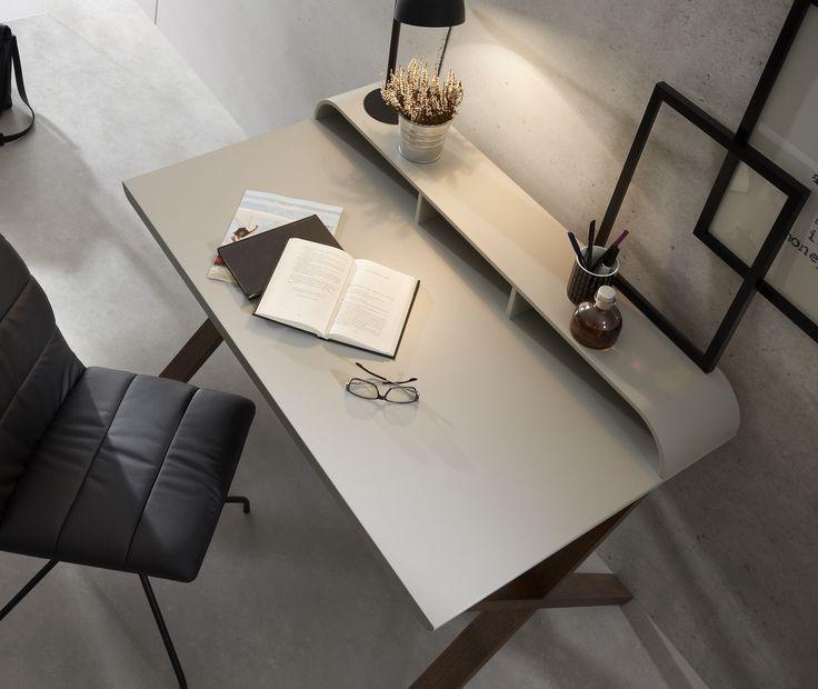 Prosty skandynawski styl pomaga się skupić na pracy, tak jak to urzekające biurko od LaForma #interior #office #design
