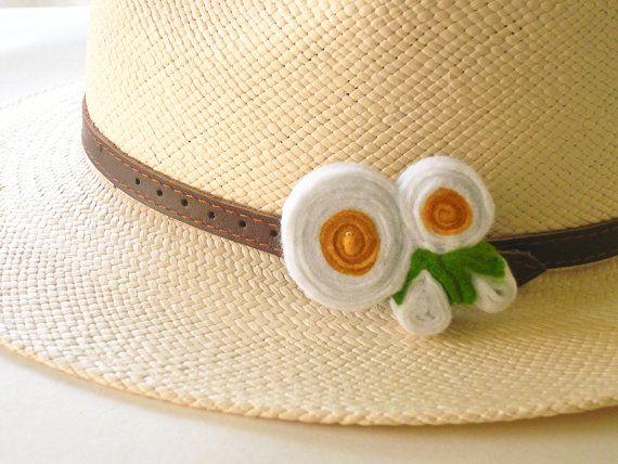 White felt daisies brooch//Felt jewelry //Felt brooch//Flower brooch//Brooch pin  This brooch is inpired by the greek spring wild flowers.  A lovely