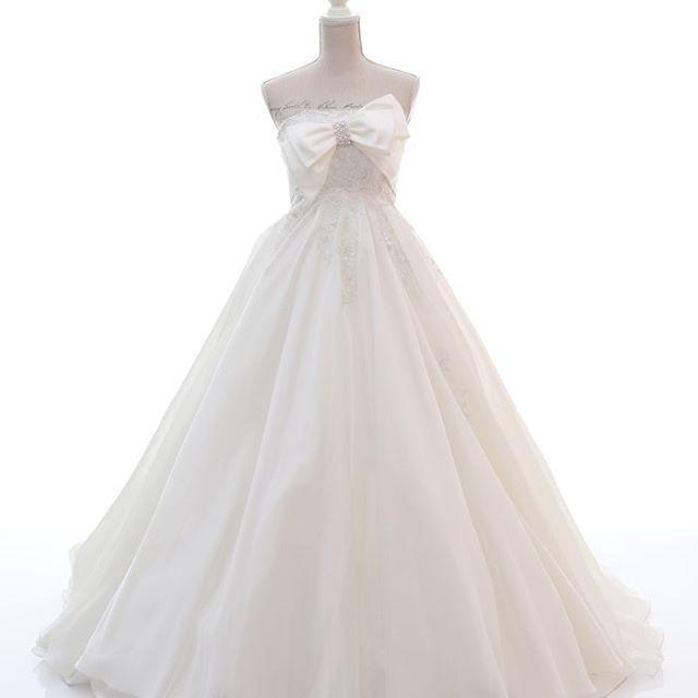 「胸元のアシンメトリーなビックリボンが目を引くドレス」  大きな胸元の#リボン は #花嫁さま を可愛らしく演出する最大の#デザインポイント です。  #ハイウエストで、 大きく広がるスカートは優美で エレガントなシルエットも生み出しています。 見頃がコンパクトに見えることで #スタイルアップ の効果も#期待  できます💕 - -  背の高い花嫁さまは、 パニエなしで#エンパイア らしさをを発揮し、お召しいただくこともできます❤️ #マイブライド #マイブライド銀座 #ウェディングドレス #ドレス #大人可愛い #🎀 #Aライン #プレ花嫁 #人気 #東京 #銀座