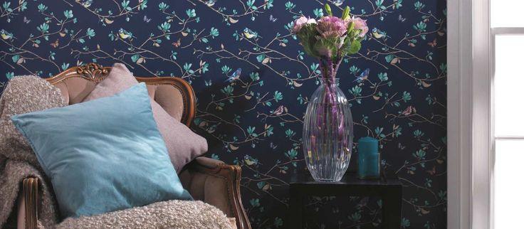 Ylellisen elegantti tapettimallisto Bloomsbury ihastuttaa lumoavan kauniilla kukka-aiheilla. Malliston englantilaiseen country-tyyliin hauskan twistin tuovat eläinhahmot. Yhdistele mielesi mukaan ja luo rohkea tai harmoninen, persoonallinen sisustus. Tapetissa on tasakohdistus 52 cm Tapetin rullakoko 0,53 x 10,05 m Huomioithan, että värisävyt voivat vääristyä tietokoneen näytöllä. Tarkista värisävy ja kuviosovitus mallikirjasta.