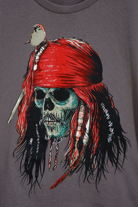 """Camiseta Capitão Jack: O célebre Capitão Jack rodou os sete mares, enfrentou inimigos inimagináveis, enrolou aliados de todos os tipos e juntou um bocado de histórias para contar. E como piratas adoram caveiras, nossa homenagem ao bucaneiro vem em forma de camiseta, numa releitura que deixaria Davy Jones de """"barba"""" em pé!"""