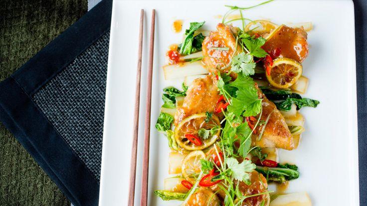 Kyllingen får en nydelig smak marinert med honning, ingefær, lime og sweet chili saus. Serveres med ris.