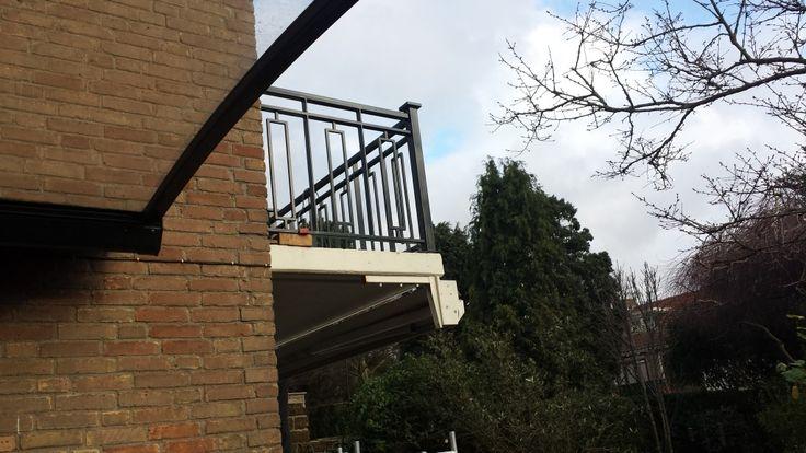 Toegangspoort met balkonhekwerk Toegangspoorten maken wij geheel volgens uw smaak en wat het beste bij uw woning past. Klassiek, modern of een design uitstraling behoren tot de mogelijkheden. Balkonhekwerken behoren ook tot de mogelijkheden die wij kunnen maken. Hierbij kunt u denken aan een siersmeedhekwerk wat om uw balkon geplaatst wordt of voor uw raam …