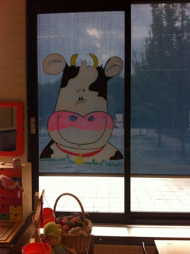 Versiering op het raam gemaakt voor de koe-klas, groep 1-2. Met raamstiften.