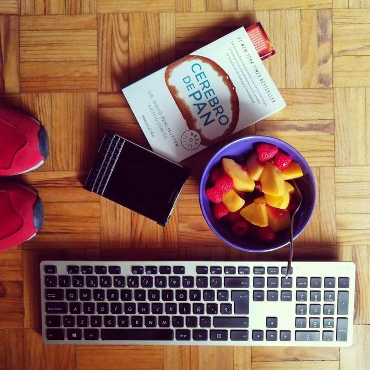 #inst10 #ReGram @tomaseneuropa: Resumen de mi tarde  #flatlay #work #fun #food #tomaseneuropa #tomasenlacocina #shoes #books #blackberry #passport #phone #fruit #healthyfood #lifestyle #keyboard #asus #vida #life #afternoon #friday #zapatillas #newbalance #balance #equilibrio
