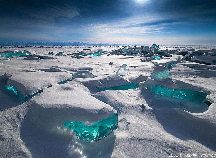 Tesoros de hielo siempre azul y turquesa, Lago Baikal, Rusia.