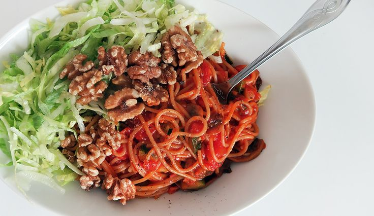 Makkelijk recept voor vegetarische spaghetti met walnoten, courgette en champignons. #gewoonwateenstudentjesavondseet